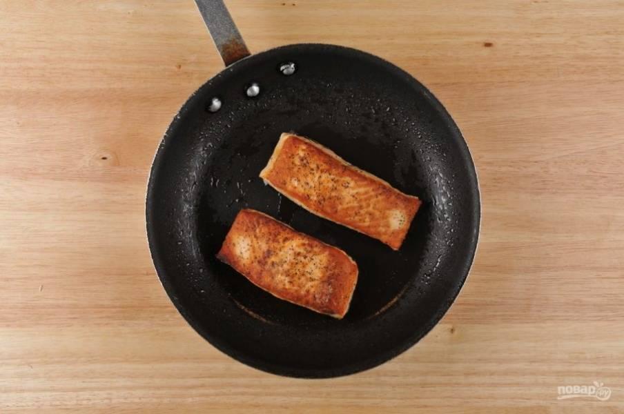 Затем в разогретой сковороде с маслом обжарьте лосось по 3 минуты с каждой стороны до золотистой корочки.