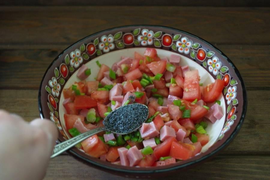 Добавьте в салат мак, предварительно подсушив его на сухой сковороде.
