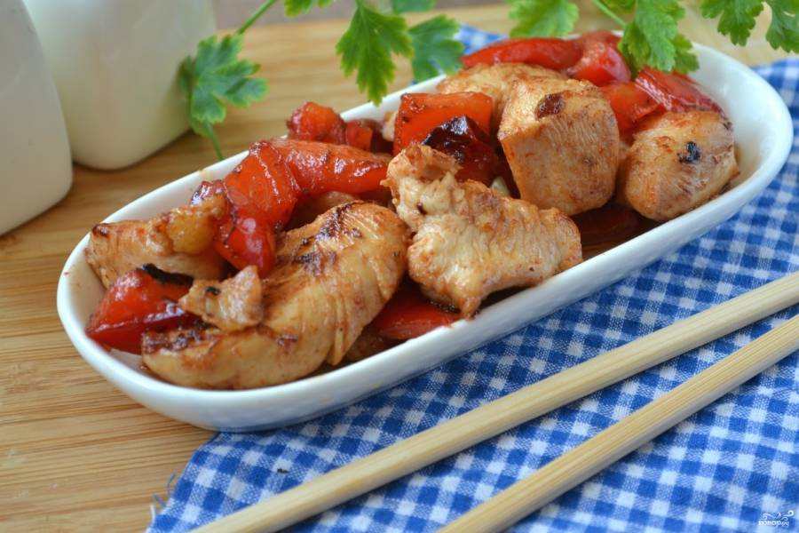 Курица в кисло-сладком соусе по-китайски готова. Подавайте ее в качестве закуски или же как горячее блюдо, в качестве гарнира к нему подойдет отварной рис.