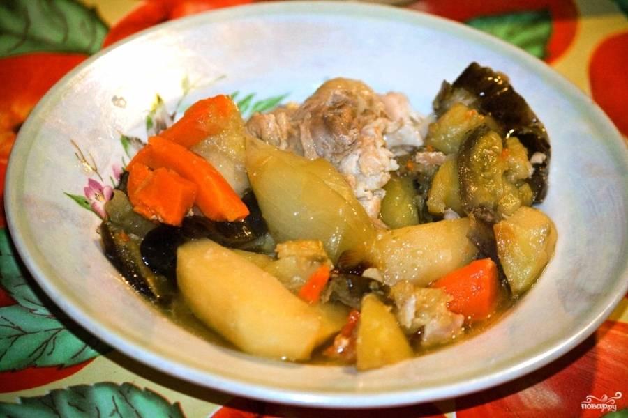 Запекайте до готовности, примерно час, проверяйте готовность в процессе. Можете огонь убавить. Готовую курицу в чугунке с картошкой подавайте с овощами. Приятного аппетита!