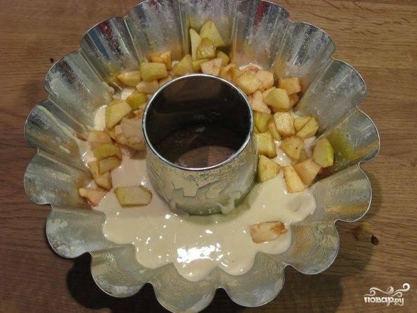 В смазанную форму налить часть теста, сверху уложить яблоки.