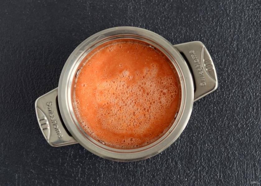 Измельчите овощи в блендере, перелейте смесь в кастрюлю. Доведите до кипения, убавьте огонь до самого низкого и варите час.