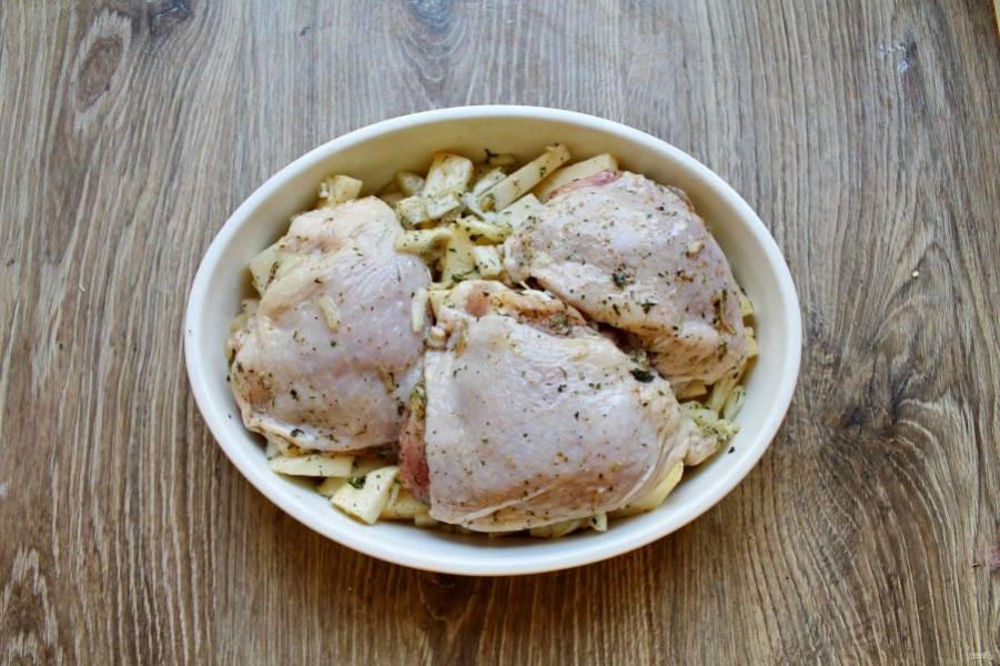 Возьмите форму для запекания и выложите сначала овощи, затем курицу.