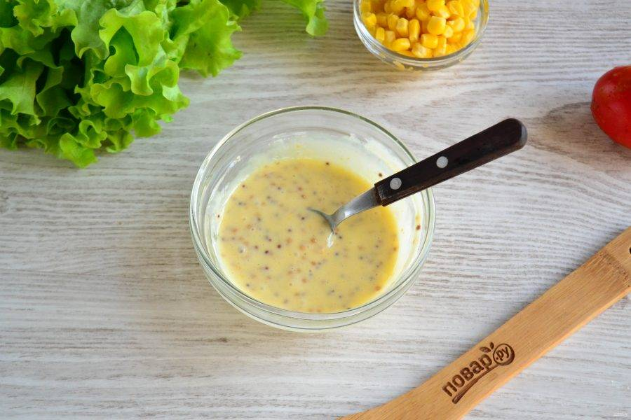 Хорошо перемешайте соус. Чтобы удобно было поливать им салат, переложите его в небольшой пакет и обрежьте уголок.
