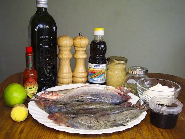 Подготовим все необходимые ингредиенты. Рыбу выпотрошим, очистим от чешуи (голову, хвост и плавники можно оставить).