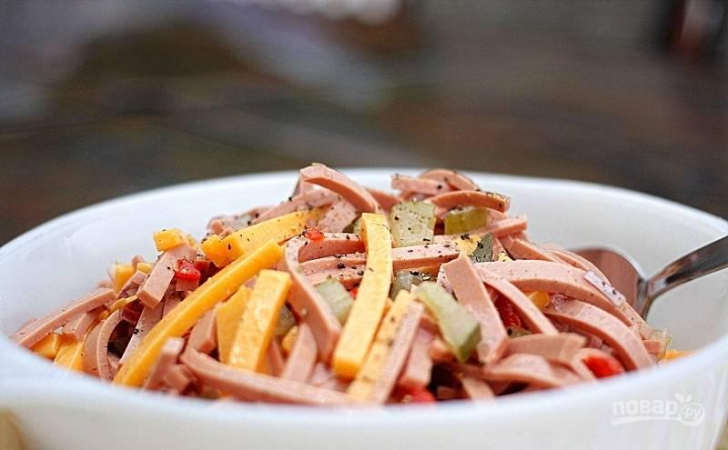 Ингредиенты смешайте в салатнице. Добавьте соль и перец.