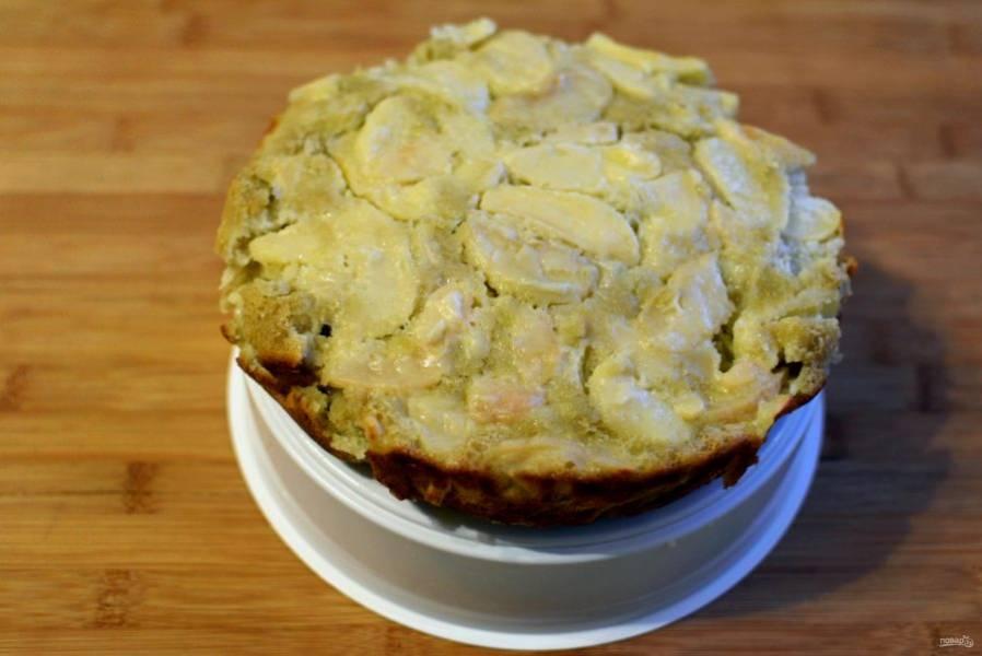Готовый пирог выньте с помощью решетки для пароварки, переверните на эту же решетку и оставьте остывать.
