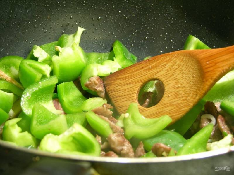 4.Выложите сахар, имбирь и зеленый перец, еще раз все смешайте и готовьте еще минут 10.