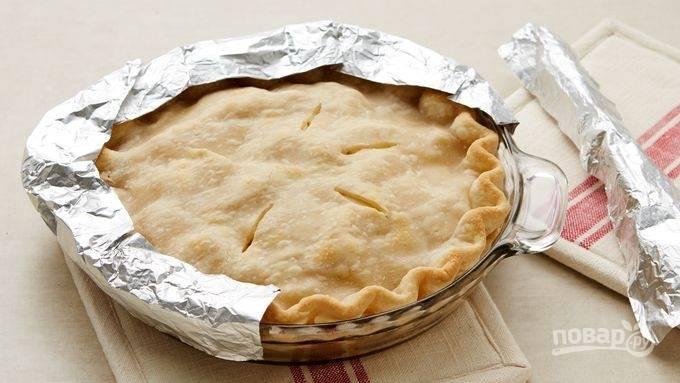 3.Сделайте в центре пирога несколько глубоких надрезов, чтобы выходил пар. Оберните края формы в фольгу и выпекайте в разогретом до 200 градусов духовом шкафу 20 минут, затем уберите фольгу и выпекайте еще 20-25 минут.