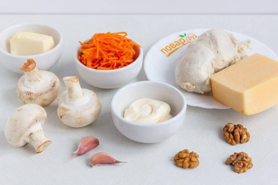 Подготовьте все необходимые ингредиенты. Филе куриной грудки заранее отварите в подсоленной воде и остудите.
