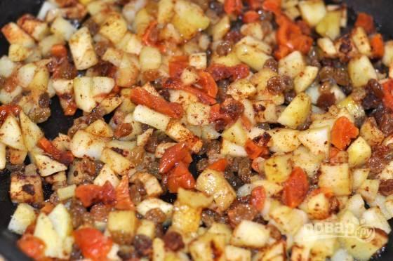 4. Добавьте сухофрукты, предварительно обсушив и измельчив их, а также корицу по вкусу. Оставьте на огне еще минут на 5-7, чтобы яблоки стали более мягкими.