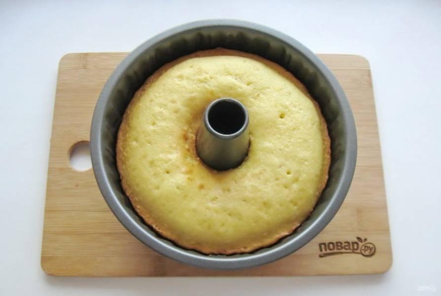 Выпекайте кекс в духовке при температуре 175 градусов в течение 40-45 минут.