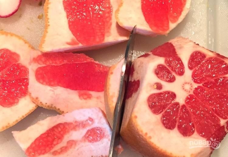 5.Срежьте кожуру с грейпфрута и апельсинов.