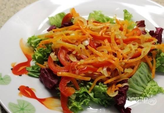 В середину импровизированного кольца из салата выложите притушенные овощи.