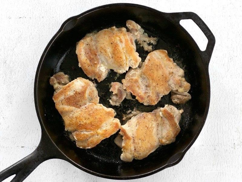3.Разогрейте сковороду с растительным маслом и выложите мясо, обжаривайте его с каждой стороны до золотистой корочки. Переложите мясо в тарелку и накройте его фольгой.