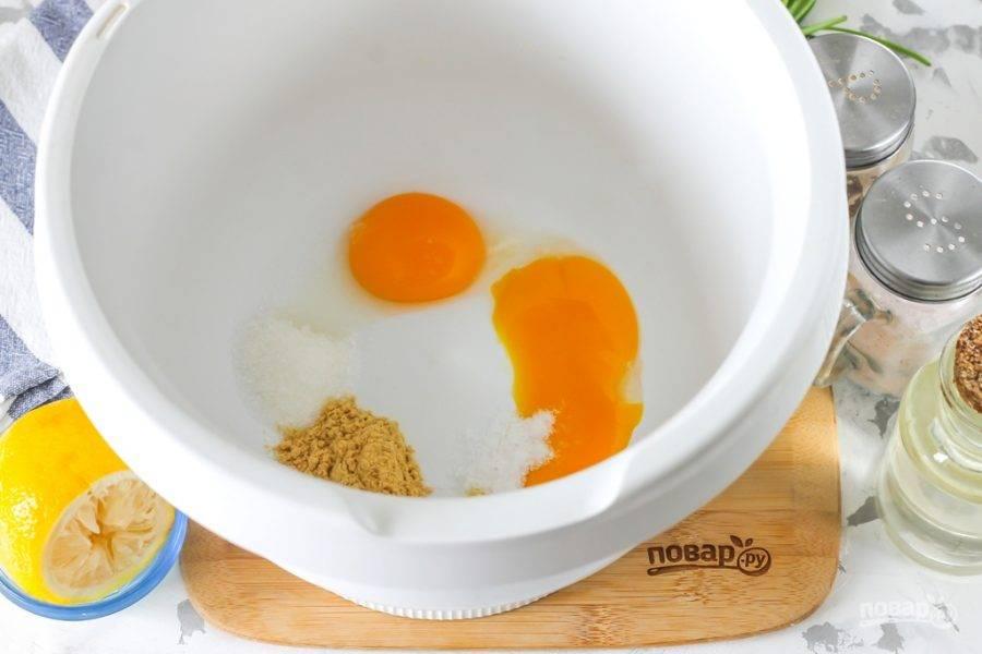 Аккуратно отделите желтки от белков в куриных яйцах. Белки удалите и сделайте из них другое блюдо, они в рецепте больше не понадобятся. Желтки выложите в чашу кухонного комбайна или в глубокую емкость, если будете взбивать майонез миксером, блендером. Добавьте туда же соль, сахарный песок, горчичный порошок. Сахар добавляется для того, чтобы активировать горчинку порошка горчицы.