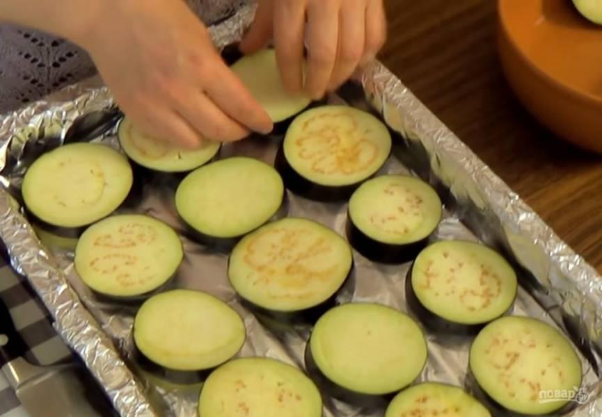2.  Отожмите баклажаны от воды  и выложите на застеленный фольгой противень в один слой. Отправьте в разогретую до 220 градусов духовку на 15-20 минут. Готовые баклажаны смажьте оливковым маслом и томатным соусом.