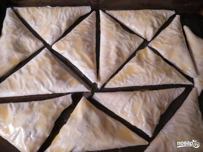3. Теперь взбиваем оставшееся яйцо (я брала только желток) с маслом, этой смесью поливаем пирожки. При желании можете также посыпать их зеленью. Запекаем примерно полчаса при 200 градусах.