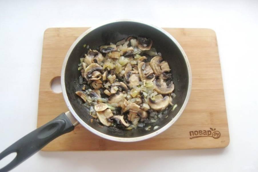 Накройте сковороду крышкой. Тушите грибы с луком до готовности.