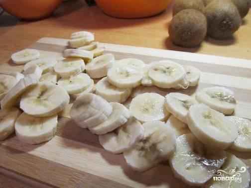 Киви и бананы очищаем от кожуры и нарезаем тонкими кружками.