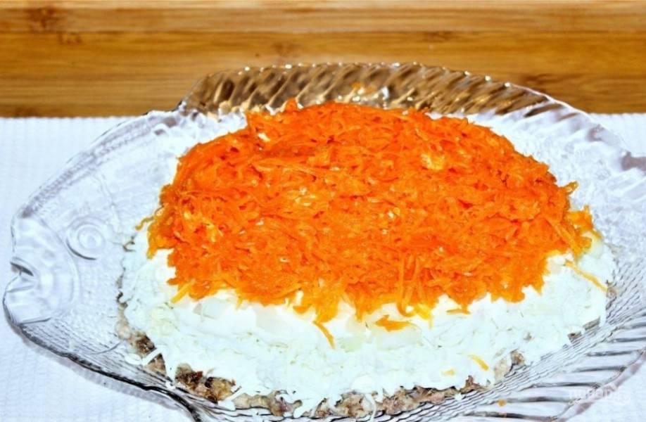 6. Следующий слой — натертая морковь.