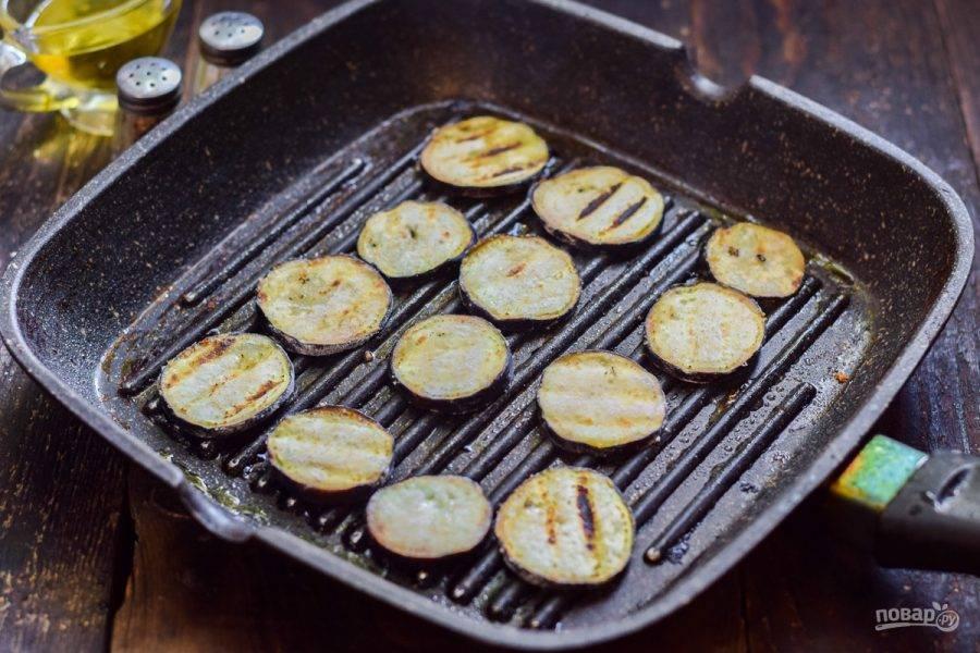 Сковороду прогрейте и смажьте маслом, выложите баклажаны и поджарьте их несколько минут с каждой стороны, до румяности.