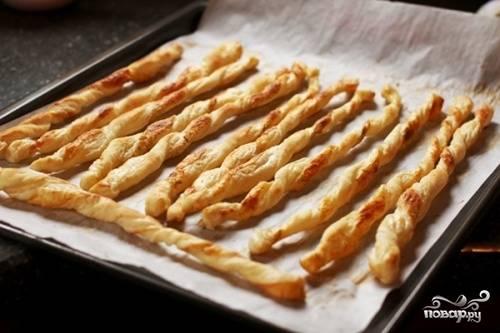 Запекайте блюдо в течение 15 минут на одной стороне. Потом переверните палочки и готовьте ещё 3 минуты. Приятно вам похрустеть!