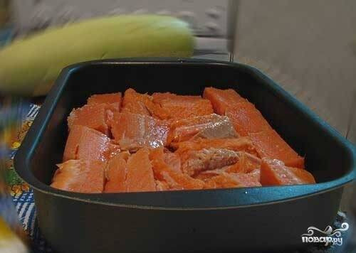 В противень или форму для выпекания выложите сначала рыбу.