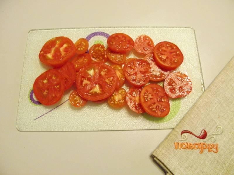 Теперь помойте помидоры, нарежьте их кольцами или дольками. Тут смотрите, как вам больше нравится.