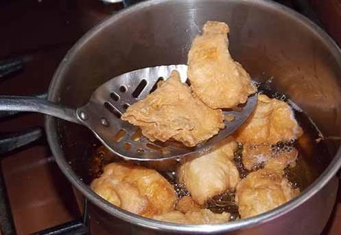 Готовые булочки выхватываем из кастрюли.