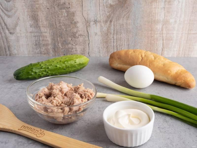 Подготовьте все необходимые ингредиенты. Яйцо отварите и остудите. Можно сделать всмятку. Огурец и зелень помойте.