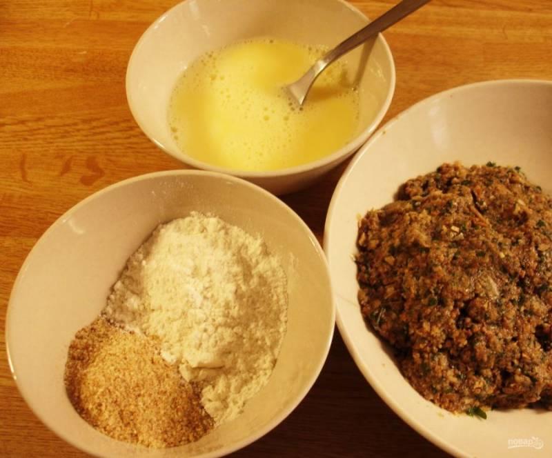 2.В отдельную миску вбейте куриные яйца и размешайте, еще в одну миску добавьте сухари и муку, перемешайте.