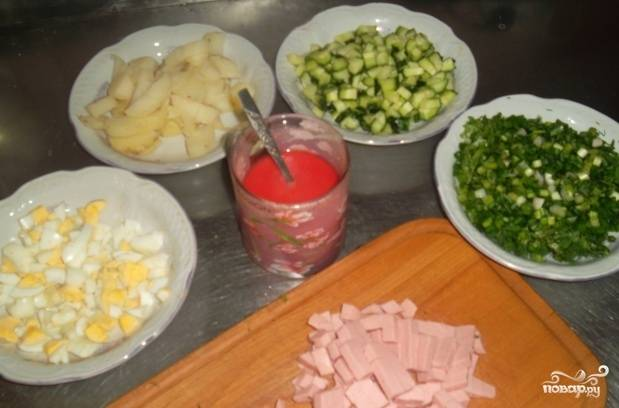 Яйца и картошку отвариваем и нарезаем кубиками. Огурцы и колбасу так же кубиками. Зелень мелко рубим.