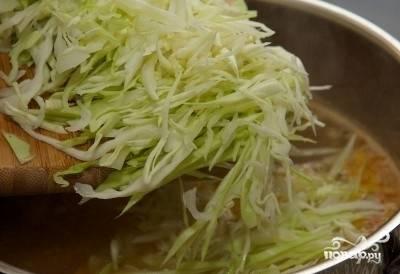 Добавить нашинкованную соломкой капусту и варить 10 минут.
