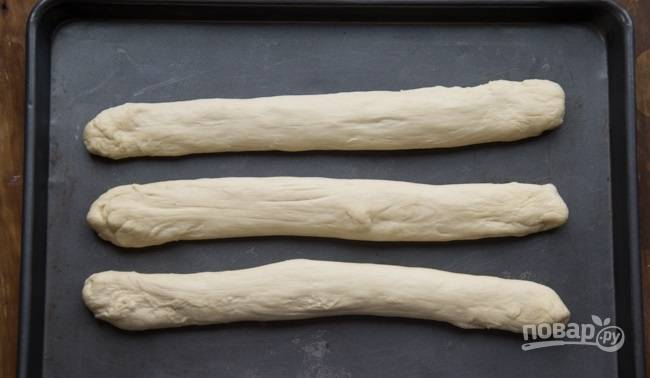 6.Разделите тесто на 3 равных части, сформируйте из каждой колбаску.