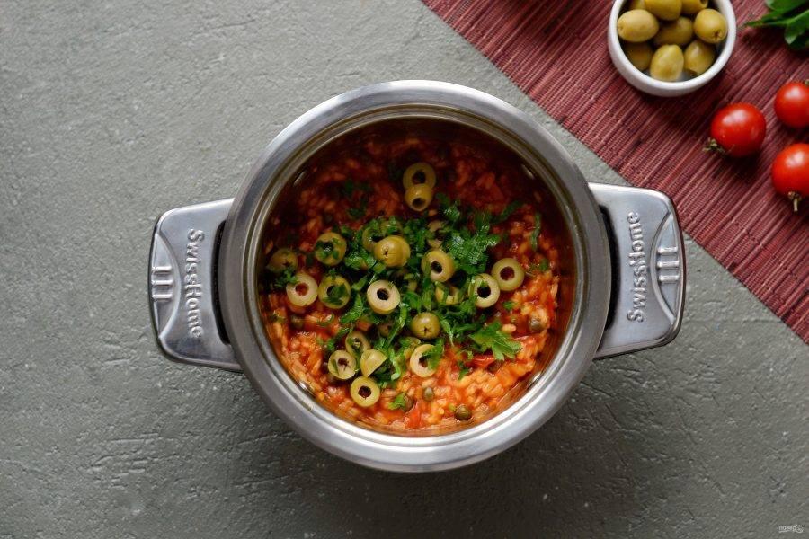 В конце добавьте порезанные оливки и зелень. Соль, перец тоже добавьте по вкусу. Оставьте рис на выключенной плите на 5 минут.