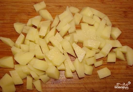 2. После достаньте грудку и при желании процедите бульон. Очистите картофель, нарежьте его маленькими кубиками.