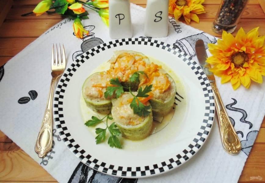 Кабачки, фаршированные курицей в мультиварке готовы. Подавайте на обед или ужин. Приятного аппетита!