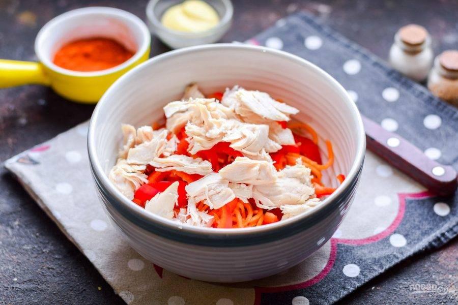 Куриное филе нарежьте небольшими кусочками и переложите в салат.