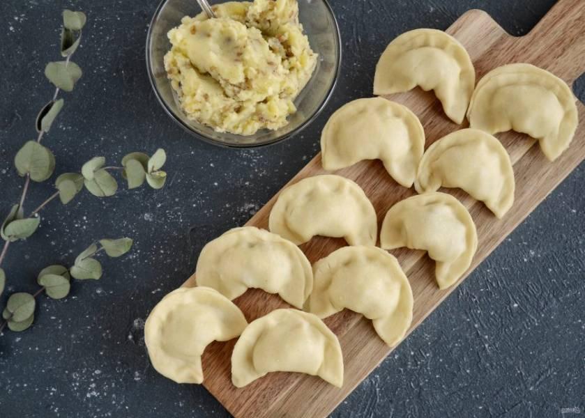 Тесто для вареников без яиц готово. Раскатайте тесто, стаканом сделайте кружки и слепите вареники. Варите их в кипящей воде пока не всплывут.