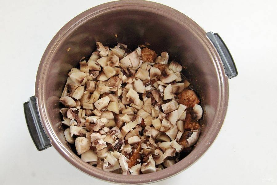 Добавьте нарезанные кубиками грибы и тушите все вместе еще около 10 минут.