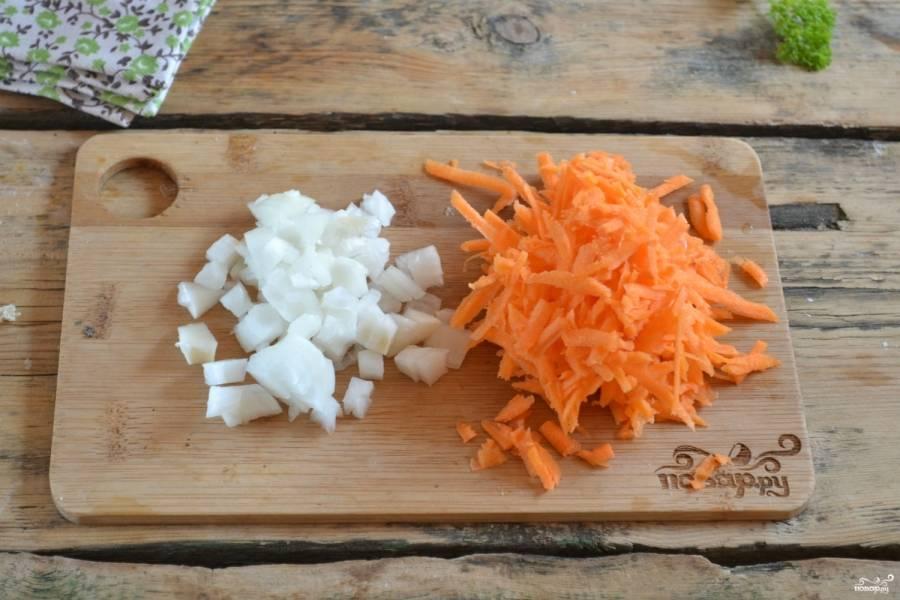 Лук нарежьте кубиками, а морковь натрите на крупной терке.