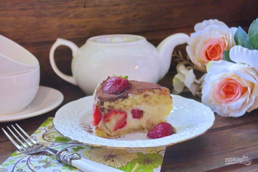Охлажденный торт нарезаем и подаем к столу. Хранить в холодильнике такой торт можно не более 2 суток. Свежие фрукты требуют соблюдения температурного режима. Торт можно хранить только в холодильнике.