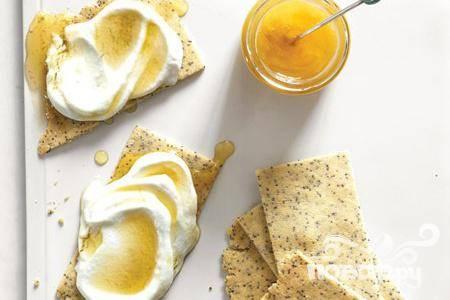 Миндальные крекеры с медовым соусом