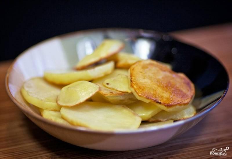 7. Картошку подсолите немного по вкусу, обжарьте и снимите с огня.