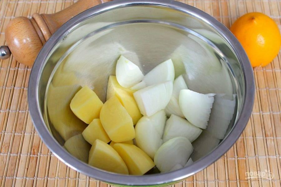 Подготовим овощи. Лук и картофель чистим, режем крупно и выкладываем в миску.