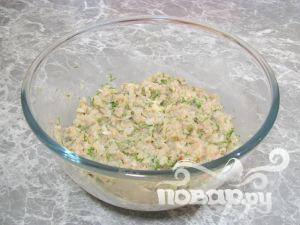 Смешать лук, мясо, хлеб, зелень и рис. Добавить соль и перец по вкусу.