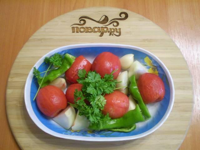 2. Начнем с соуса. Очистите для него все овощи, включая и кожуру томатную. Для этого залейте помидоры кипятком и оставьте так на пару минут. Кожицу легко сойдет, когда вы сольете воду.