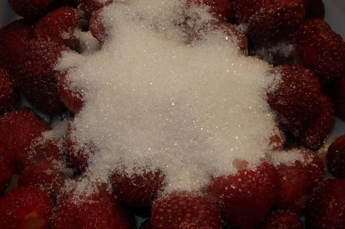 Другую часть клубники засыпаем сахаром.