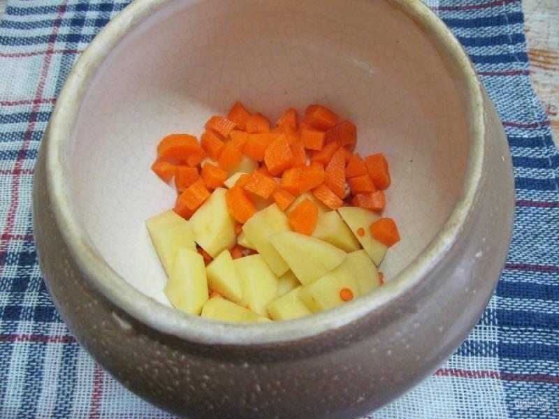 Нарежьте кубиком картофель и морковь, отправьте в горшочек.